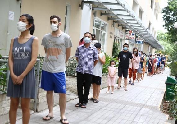 公寓居民排隊等待採檢。(圖源:日盛)