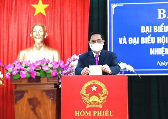 政府總理范明政在芹苴市參加投票選出新一届國會代表。(圖源:越通社)