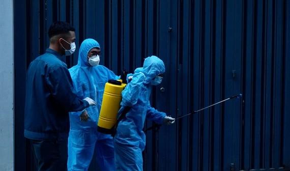 對新冠病例住所區域進行消毒。