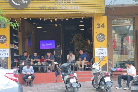 河內市咖啡館首天復業。