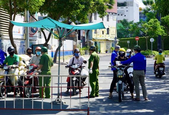 公安在街上檢查民眾外出理由。