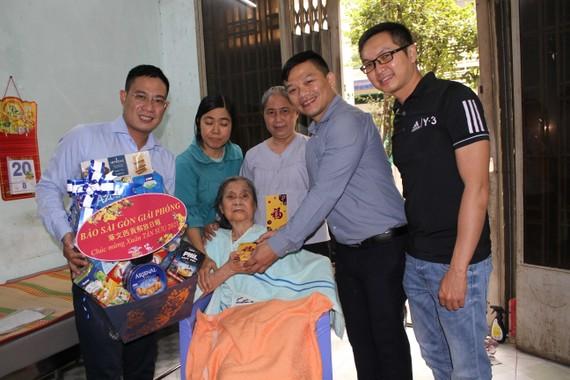 劉桂大娘(坐者)臥病後的近年來一直獲得時代廣場公司總經理張豐裕每月定期資助醫藥費。
