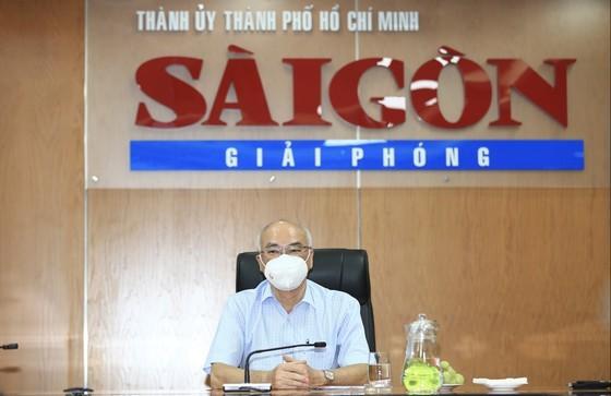 市委宣教處主任潘阮如奎探望《西貢解放報》幹部、職工。