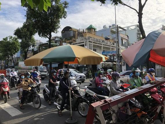 很多車輛在檢查站等待過關。
