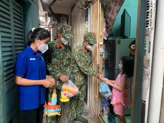 部隊戰士親手製作花燈送給貧困的小朋友。