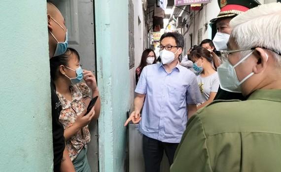 政府副總理武德膽同工作團前往檢查順安市某出租住房區。
