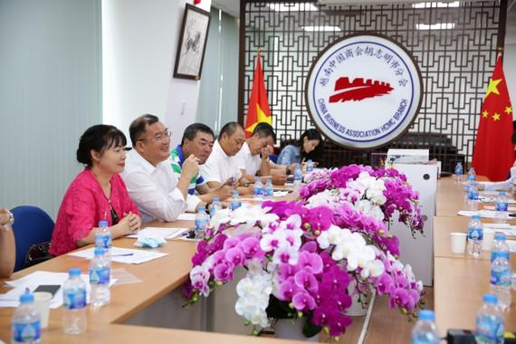 本市中國商會接到雒鴻大學中國語言系求助後召開理事會議認捐助學金。