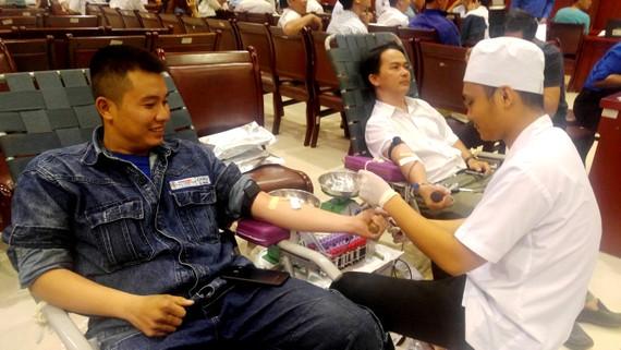 Kỹ sư điện làm việc tại Tổng Công ty Điện lực TPHCM tham gia hiến máu nhân đạo