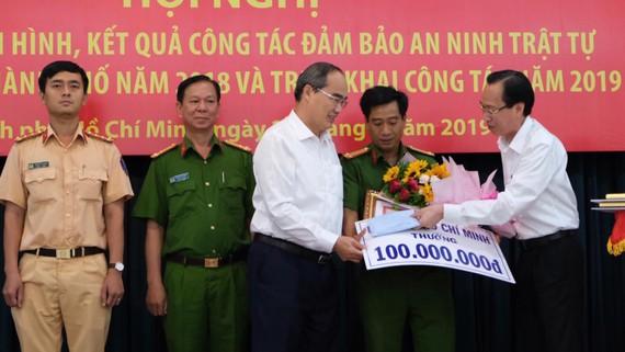 Bí thư Thành ủy TPHCM Nguyễn Thiện Nhân và Phó Chủ tịch UBND TPHCM Lê Thanh Liêm khen thưởng các đơn vị tham gia phá đại án ma túy. Ảnh: VIỆT DŨNG