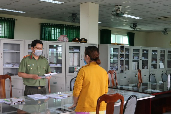 Công an huyện Bình Chánh tống đạt quyết định xử phạt hành chính đến bà L.P.L.T