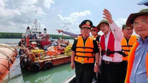 Thiếu tướng Lê Mạnh Tiến và ông Lê Thanh Liêm, Phó Chủ tịch Thường trực UBND TPHCM kiểm tra thực địa khu vực tàu chìm. Ảnh: HOÀNG HÙNG