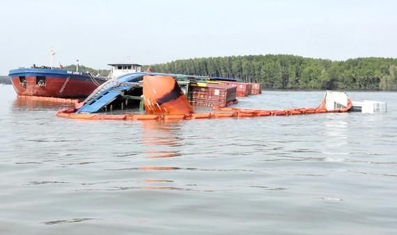 Đang trục vớt container chìm ở sông Lòng Tàu: 2 thợ lặn hôn mê, 3 người mất tích
