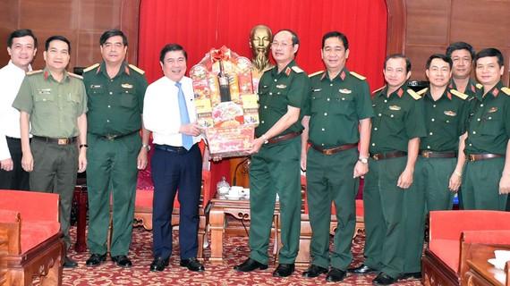 Đồng chí Nguyễn Thành Phong, Chủ tịch UBND TPHCM thăm, chúc tết Bộ Tư lệnh Quân khu 7