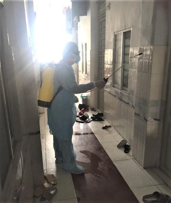 Nhân viên Trung tâm Y tế quận Tân Bình khử trùng nơi sinh sống của trường hợp nhập cảnh trái phép từ Campuchia tại địa bàn phường 5, Tân Bình, TPHCM