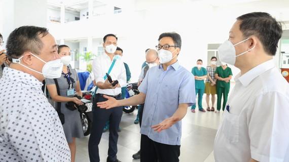 Phó Thủ tướng Vũ Đức Đam thăm Khu cách ly điều trị dã chiến Covid-19 Vân Đồn tại Trường THCS Vân Đồn. Ảnh: HOÀNG HÙNG