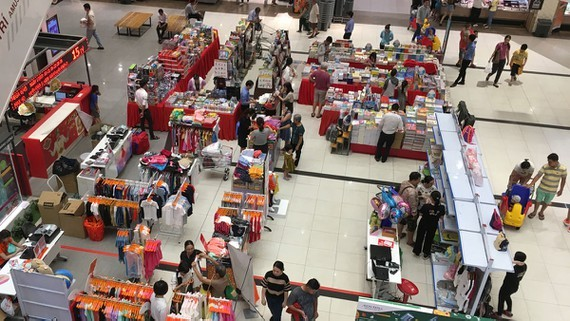 An area selling clothes and handbags of Vietnamese enterprises in a Japanese shopping center in Vietnam. (Photo: SGGP)