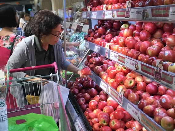 Prices of imported fruits have become more attractive to Vietnamese consumers. (Photo: SGGP)