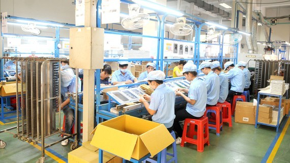 Producing electronic components at a Vietnamese enterprise. (Photo: SGGP)