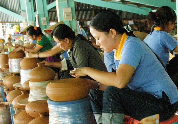 Producing handicrafts for export in Hoc Mon District in Ho Chi Minh City. (Photo: SGGP)