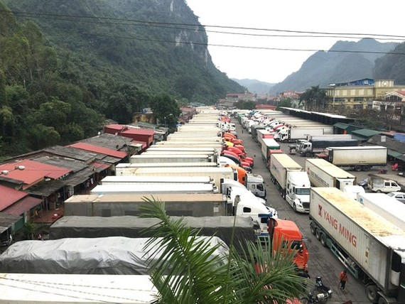 Container trucks carrying agricultural products are jammed at Tan Thanh Border Gate in Lang Son Province. (Photo: SGGP)
