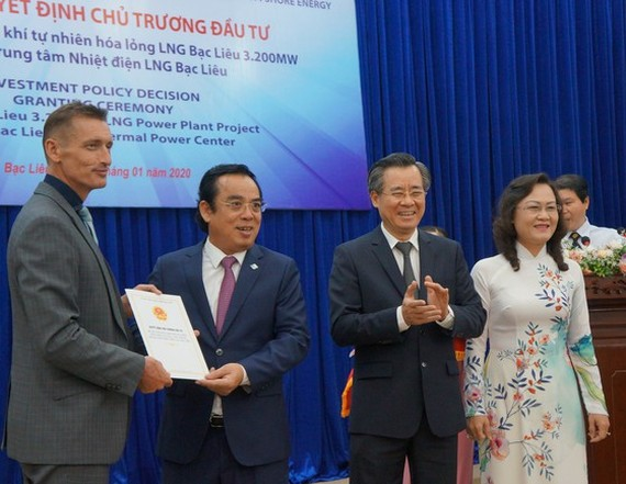 Mr. Duong Thanh Trung gives the investment policy decision to the investor of the Bac Lieu LNG-fired Power Plant project, witnessed by the Secretary of the Provincial Party Committee Nguyen Quang Duong and Deputy Secretary of Bac Lieu Provincial Party Co