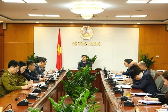 Minister of the Ministry of Industry and Trade chairs a meeting with relevant departments to discuss on the plan to fight the outbreak of the novel coronavirus. (Photo: SGGP)