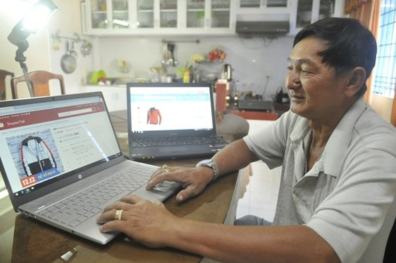 A customer does online shopping. (Photo: SGGP)