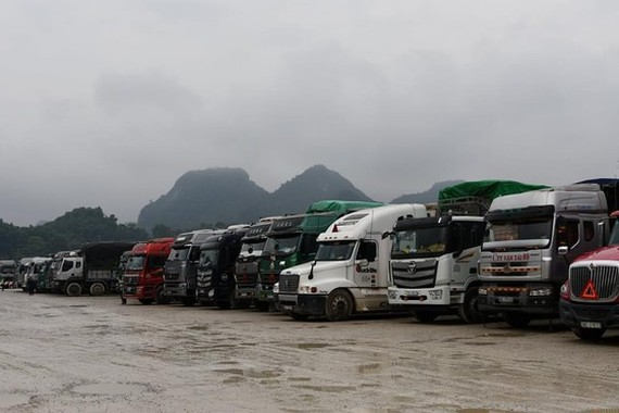 Thousands of trucks waiting for customs clearance at Tan Thanh Border Gate. (Photo: SGGP)