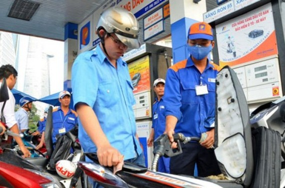 Petrol prices increase by nearly VND1,000 per liter as of 3 p.m. on June 12. (Photo: SGGP)