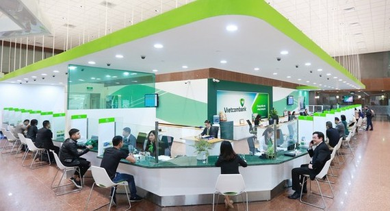 Customers do transactions at Vietcombank. (Photo: SGGP)