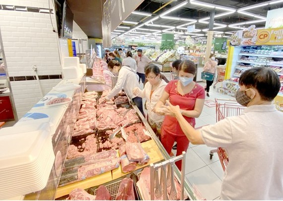 Consumers buy essential foods at a supermarket in District 7. (Photo: SGGP)