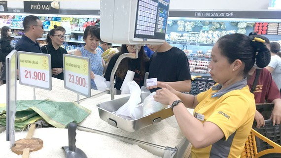 High-quality rice is chosen by consumers at Emart Supermarket. (Photo: SGGP)
