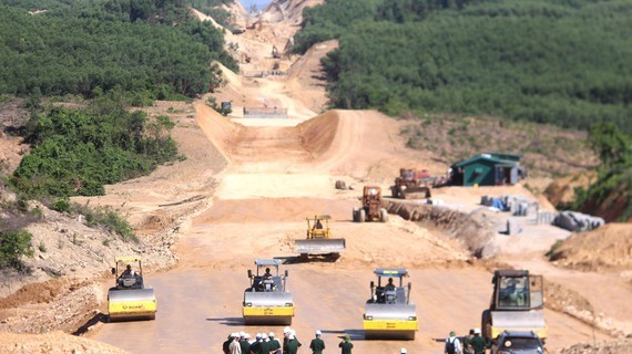 The construction of Cam Lo - La Son Expressway project. (Photo: SGGP)