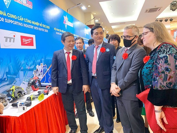 Vice-Chairman of the Ho Chi Minh City People's Committee Duong Anh Duc (L) exchanged with delegates at the Sourcing Fair for Supporting Industry with Buyer 2020. (Photo: SGGP)