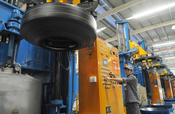 The production of car tire inner tubes at Casumina Company. (Photo: SGGP)