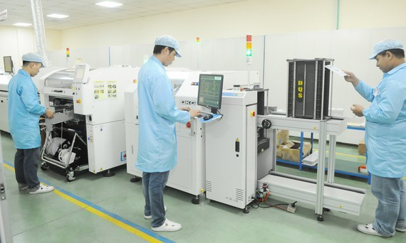 Producing electronic components at Dien Quang Lamp Joint Stock Company. (Photo: SGGP)