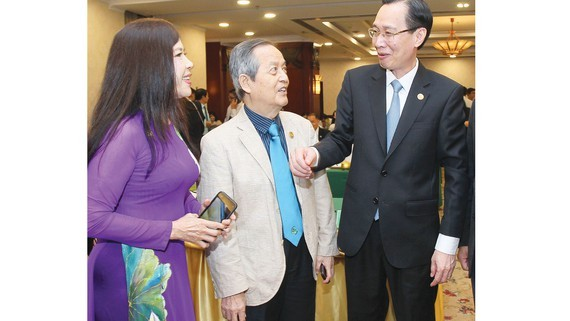 Mr. Le Thanh Liem (R), Standing Vice Chairman of the People's Committee of Ho Chi Minh City, discussed with delegates at the seminar. (Photo: SGGP)