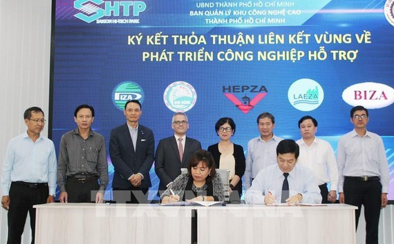 Representative of the Management Board of Saigon High-Tech Park signs a cooperation agreement with the Management Board of export processing zones, industrial parks, and key economic zones in the South. (Photo: VNA)