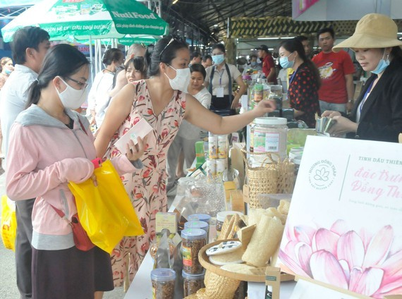 Customers go shopping at a supply-demand connection program between Ho Chi Minh City and other cities and provinces in 2020. (Photo: SGGP)
