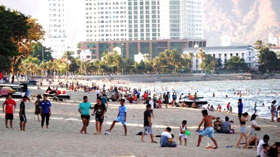 The beach in Nha Trang City becomes crowded again. (Photo: SGGP)