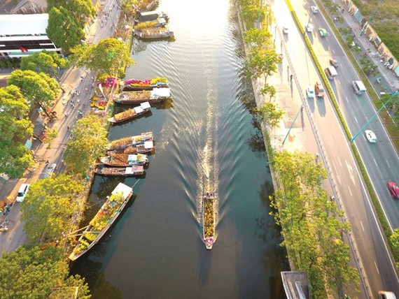 Binh Dong Wharf on Tau Hu Canal is full of flowers every spring. (Photo: SGGP)