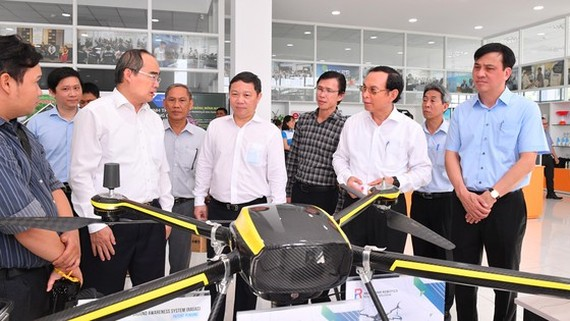 Leaders of Ho Chi Minh City study products of companies at the Incubation Center in Saigon High-Tech Park. (Photo: SGGP)