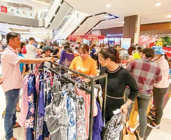 Consumers go shopping at Aeon Mall in Tan Phu District. (Photo: SGGP)
