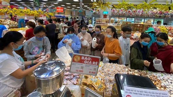 Customers buy sweetmeats at a supermarket. (Photo: SGGP)