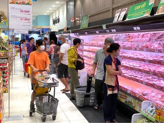 Customers go shopping at Aeon Mall Binh Tan on February 16, 2021. (Photo: SGGP)