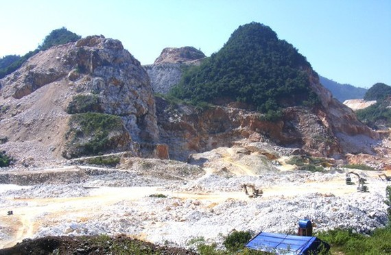 The landscape of mountains in Quy Hop District in Nghe An Province is destroyed because of white marble mining. (Photo: SGGP)