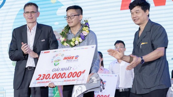 Sinh viên Ngô Triệu Nhân nhận giải Nhất Insee Prize 2019. Ảnh: Insee Prize