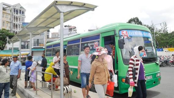 Nhà chờ giúp khách thuận lợi khi đón xe buýt. Ảnh: THÀNH TRÍ
