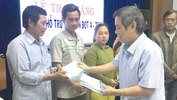Trao tiền hỗ trợ (đợt 4, năm 2018) ngư dân và gia đình các ngư dân bị nạn trên biển