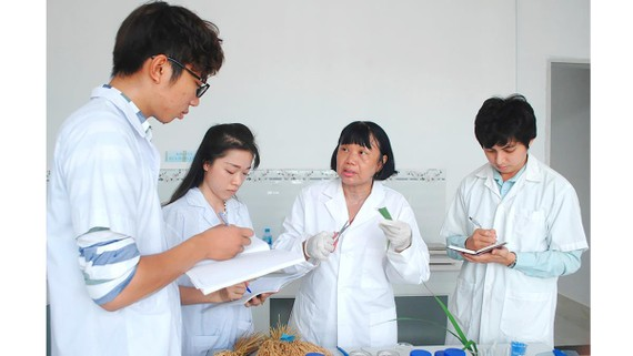 GS-TS Nguyễn Thị Lang truyền lại kiến thức cho sinh viên